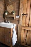土气,粗砺的样式木板板条门,卫生间内部 库存照片