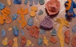 黏土油灰设计,彩色塑泥手工制造形状 免版税库存照片