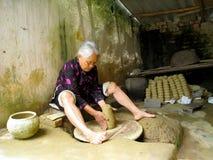 黏土瓦器妇女 库存图片
