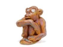 从黏土瓦器的梦想的猴子 免版税库存图片