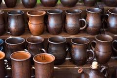 黏土瓦器陶瓷产品在架子烘干在车间 免版税库存照片