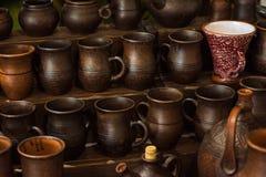 黏土瓦器陶瓷产品在架子烘干在车间 库存图片