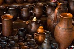 黏土瓦器陶瓷产品在架子烘干在车间 免版税库存图片