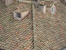 黏土瓦片老屋顶  免版税库存图片