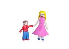 从黏土的愉快的母亲和微笑孩子 免版税图库摄影
