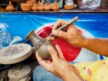 从黏土的被雕刻的花瓶 免版税库存照片