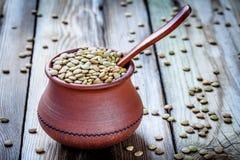 黏土碗用有机绿色扁豆 免版税库存图片