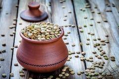 黏土碗用有机绿色扁豆 库存照片