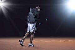 去黏土网球操场的Sporstman 免版税库存图片