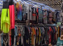 土耳其、凯梅尔、14,07,2015件T恤杉和女衬衫在衣物m 免版税库存图片