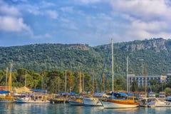 土耳其、凯梅尔、11,08,2017条小船和游艇在凯梅尔海湾  库存照片