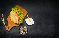 土耳其三明治用在拷贝空间的可乐 图库摄影