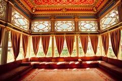 土耳其五颜六色的天花板在传统无背长椅室 免版税库存照片