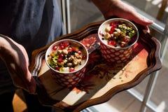 土耳其传统点心Ashure诺亚` s布丁服务与盘子 图库摄影