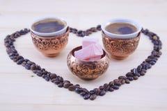 土耳其咖啡和土耳其快乐糖在桌上 库存图片