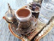 土耳其咖啡和巧克力在铜盘子高兴 免版税图库摄影