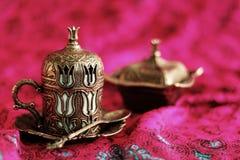 土耳其咖啡无背长椅样式咖啡杯、匙子和临时代理箱子 免版税库存图片