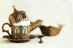 土耳其咖啡无背长椅样式咖啡杯,匙子,临时代理箱子,白色背景 免版税库存图片