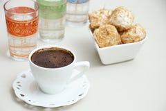 土耳其咖啡用在糖浆烘烤的切细的面团冠上了与哥斯达黎加 免版税库存照片