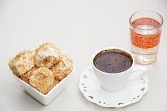 土耳其咖啡用在糖浆烘烤的切细的面团冠上了与哥斯达黎加 免版税图库摄影