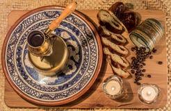 土耳其咖啡罐煮沸 咖啡酿造的和饮用的仪式 免版税库存图片
