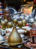 土耳其咖啡集合和Jezve罐在义卖市场柜台 典型的土耳其纪念品 图库摄影
