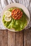 土耳其在桌上的开胃菜辣Kisir特写镜头 垂直 库存照片