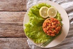 土耳其在桌上的开胃菜辣Kisir特写镜头 水平 免版税图库摄影