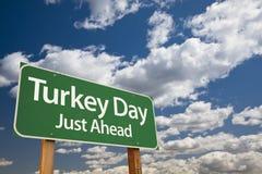 土耳其天绿色路标和云彩 库存图片