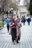 土耳其夫人在伊斯坦布尔,土耳其临近蓝色清真寺 免版税库存照片