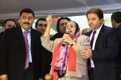 土耳其妇女读阿塔图尔克的诗 免版税库存图片