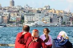 土耳其家庭看博斯普鲁斯海峡 库存照片