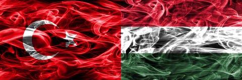 土耳其对匈牙利肩并肩被安置的烟旗子 一起土耳其语和匈牙利旗子 库存例证