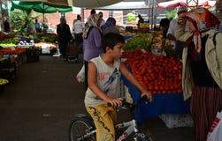 土耳其市场的男孩 免版税库存照片