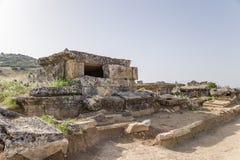 土耳其希拉波利斯(棉花堡) 古老大墓地的石棺 库存图片
