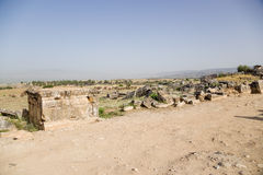 土耳其希拉波利斯(棉花堡) 古老大墓地结构的石棺和片段 免版税库存照片