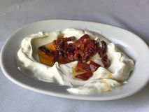 土耳其开胃菜原子油煎了干红辣椒用酸奶/yoghur 库存图片