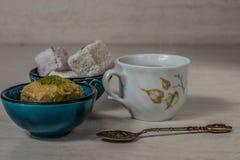 土耳其快乐糖果仁蜜酥饼和茶 库存照片