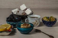 土耳其快乐糖果仁蜜酥饼和茶 库存图片