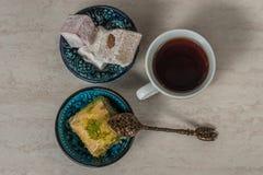 土耳其快乐糖果仁蜜酥饼和茶 免版税图库摄影
