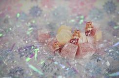 土耳其快乐糖果冻款待的俏丽的圣诞节食物摄影图片和逗人喜爱的玩具熊长袜冰了装饰 免版税库存图片