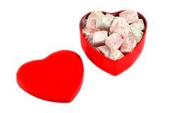 土耳其快乐糖查出的红色心形的配件箱 免版税库存图片