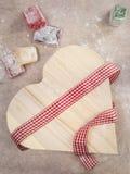 土耳其快乐糖特写镜头与被包裹的一个心形的礼物盒的 免版税库存照片