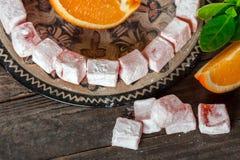 土耳其快乐糖,与橙色切片的东部纤巧 库存图片