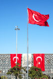 土耳其旗子和阿塔图尔克海报在Taksim伊斯坦布尔 免版税库存照片