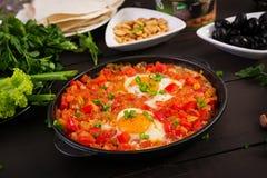 土耳其早餐- shakshuka、橄榄、乳酪和果子 图库摄影