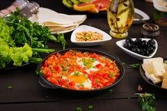 土耳其早餐- shakshuka、橄榄、乳酪和果子 库存照片