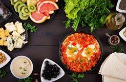 土耳其早餐- shakshuka、橄榄、乳酪和果子 库存图片