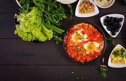 土耳其早餐- shakshuka、橄榄、乳酪和果子 免版税图库摄影