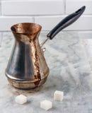 土耳其木桶匠用在大理石桌上的新近地煮的咖啡 免版税图库摄影